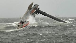 С нефтяной платформы в Луизиане рухнуло судно. Один погиб, 12 человек пропали