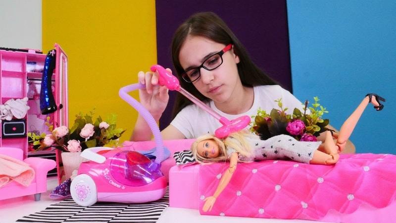 Barbie oyunları. Barbie'nin evini temizlerken ayakkabısını buluyoruz!