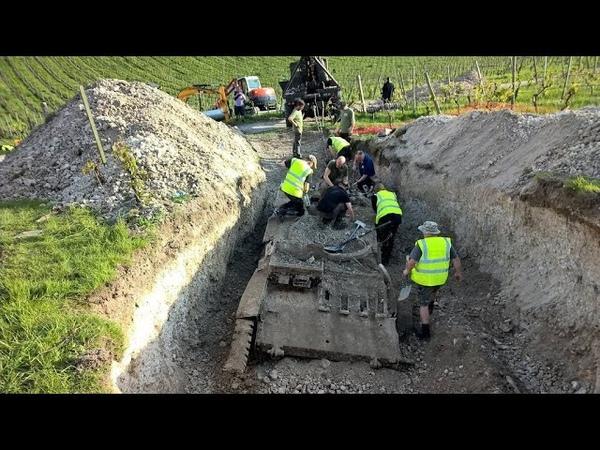 В лесу нашли танк когда открыли люк все заплакали потому что