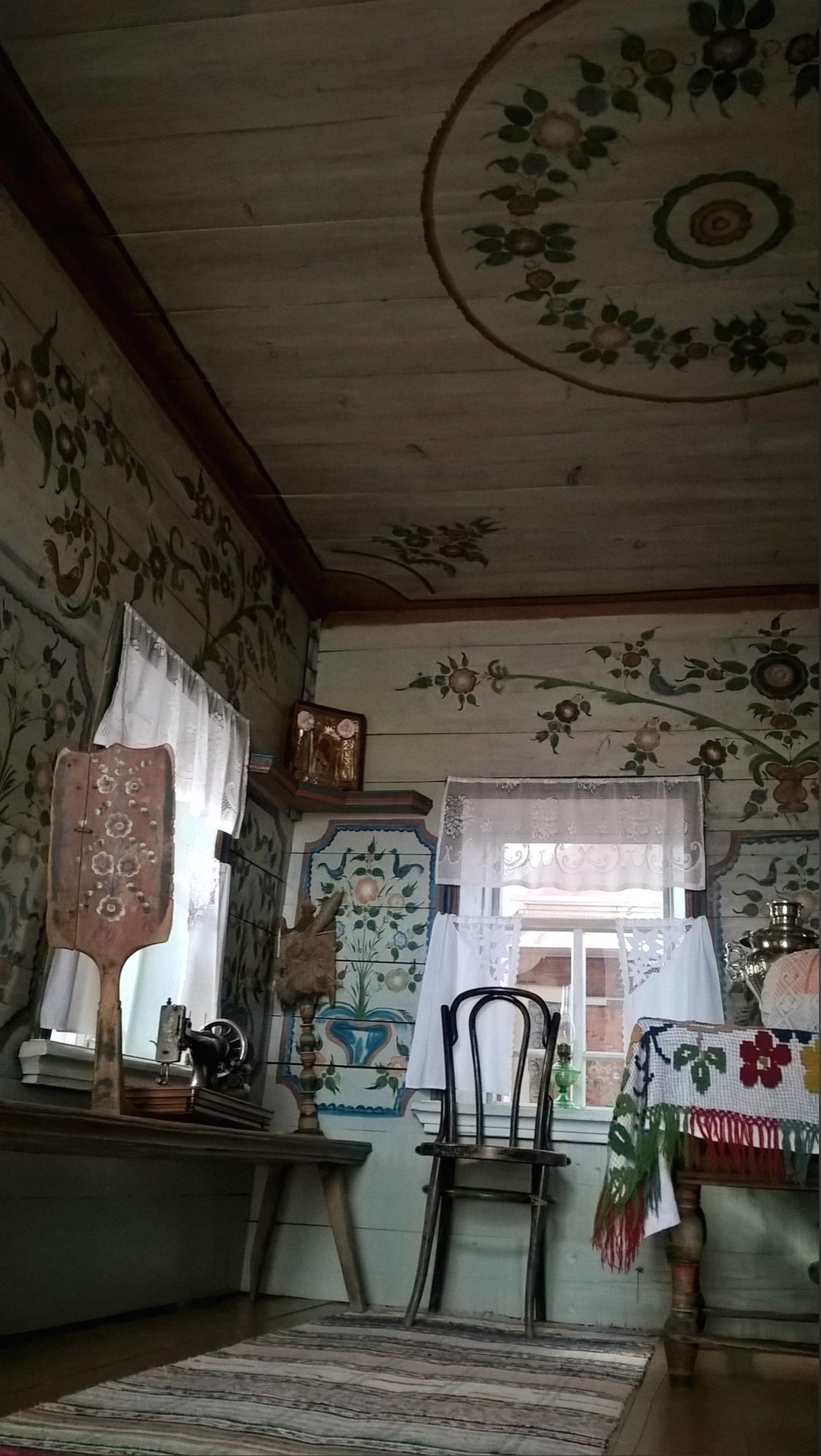 """роспись на стенах и потолке сделаны уральскими живописцами-""""гастролёрами""""."""