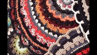 Нарезание ленты из ненужной одежды для вязания ковриков крючком.