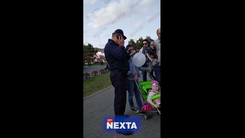 В Борисове каратели пристали к женщине с маленьким ребёнком у которой был в руках белый шарик