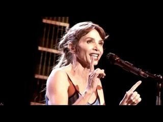 """Victoria Abril chante """"Les amoureux des bancs publics"""""""