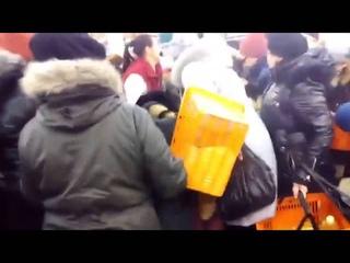 Голодные  украинцы дерутся за еду  Ukraine