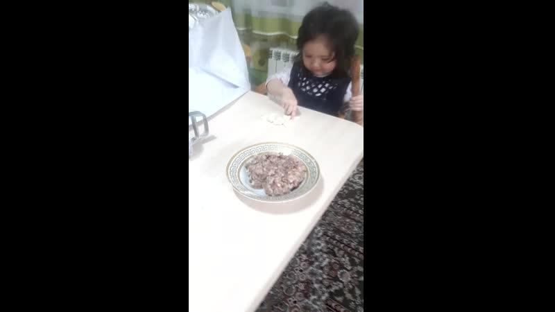 Аида Умида готовят пельмени