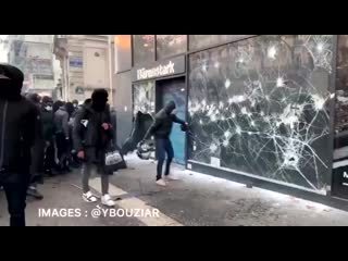 Грабеж протеста Возмущенные бесчеловечным законом французы грабят магазин.mp4