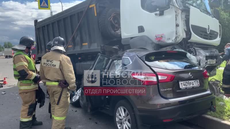 В массовой аварии на Митрофаньевском шоссе водитель Nissan погиб под колесами большегруза