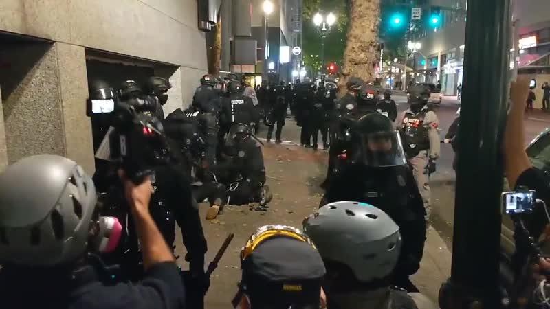 Полиция избивает и задерживает фотографа на протесте BLM 28 сентября в Портланде