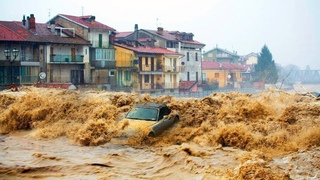 ГОРОД УХОДИТ ПОД ВОДУ! Ужасное внезапное наводнение обрушилось на Вьетнам, есть жертвы , боль земли