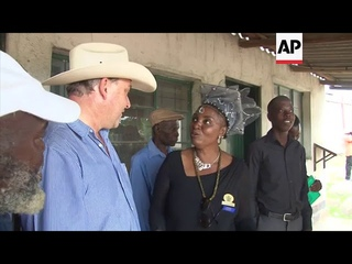 Evicted white farmer returns to his  farm in Zimbabwe