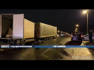 Серьезная авария на МКАД в Минске: фура влетела в остановившийся из-за поломки большегруз, водитель погиб
