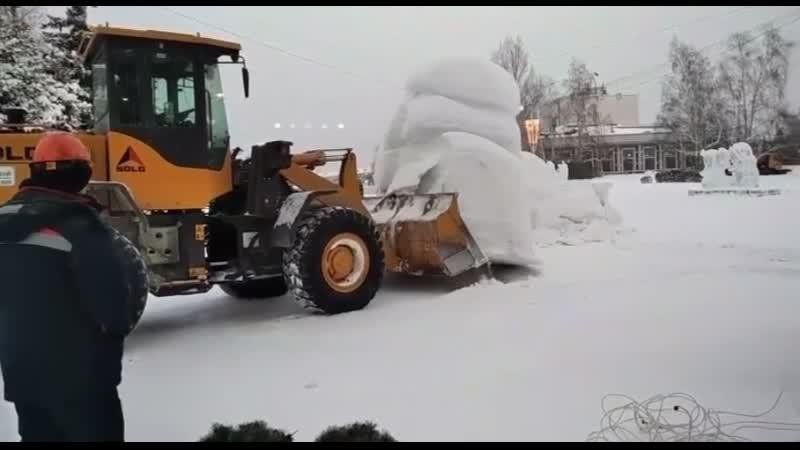 В Барнауле снесли главный снежный городок