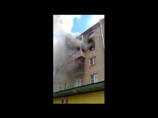 [красные бордюры] семья выпрыгнула с 5 этажа, спасаясь от огня