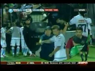 Policia de Rosario le pega un palazo en la cara a Turus en el partido entre Newells y Belgrano