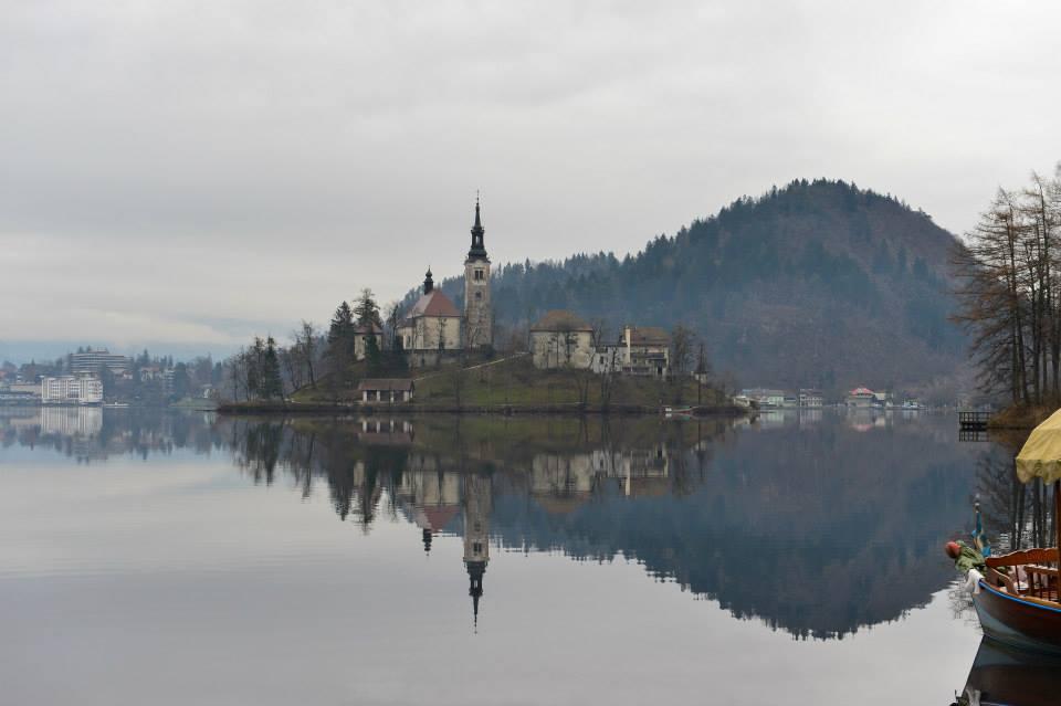 Самый знаменитый вид города - церковь на острове. А мне больше нравится замок на скале, расположенный на берегу