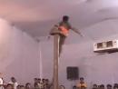 индийские мужики у шеста почти стриптиз