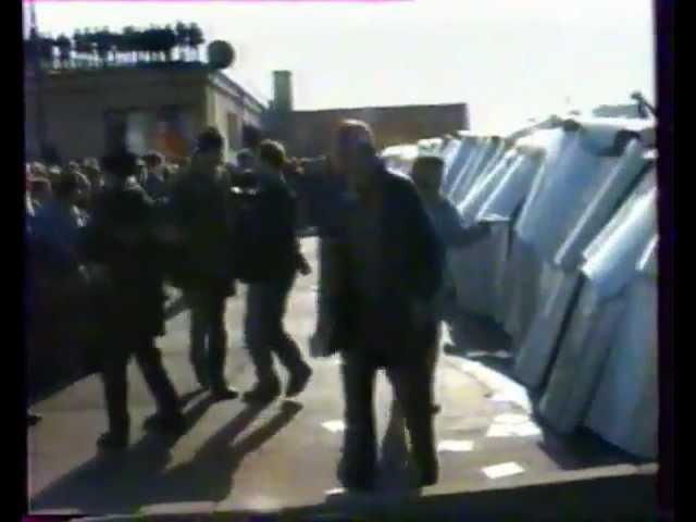 Толпа сносит плотную цепь ОМОНа 3 октября 1993 года