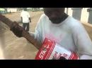 Бедность не порок Парень играет на гитаре из палки и коробки из 100500