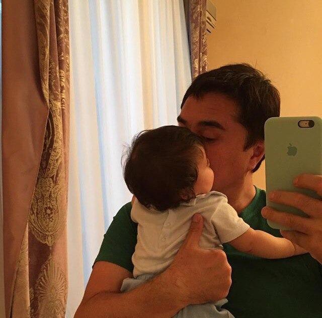 Арман Давлетяров: Дома! Вся наша любовь сейчас в этой маленькой крошке! Одного поцелуя достаточно, чтобы снять усталость после долгих перелетов! 😘💕