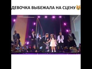 Выбежала на сцену)