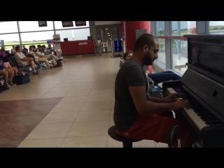 В ожидании рейса, парень решил развлечь пассажиров игрой на пианино)
