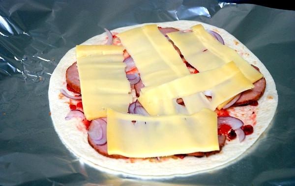 Кесадилья с сыром и колбасой, изображение №3