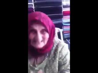 Энергичная бабуля прикольно поёт песню и танцует танец живота