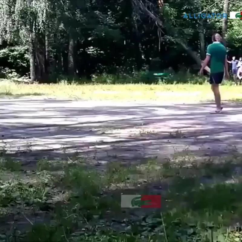 Парень в голубой футболке ))