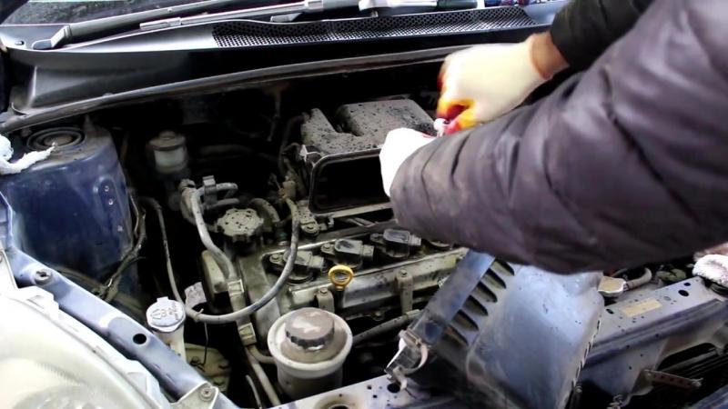 Toyota Vitz (Тойота Витц) замена приводного (ручейкового) ремня и свечей зажигания