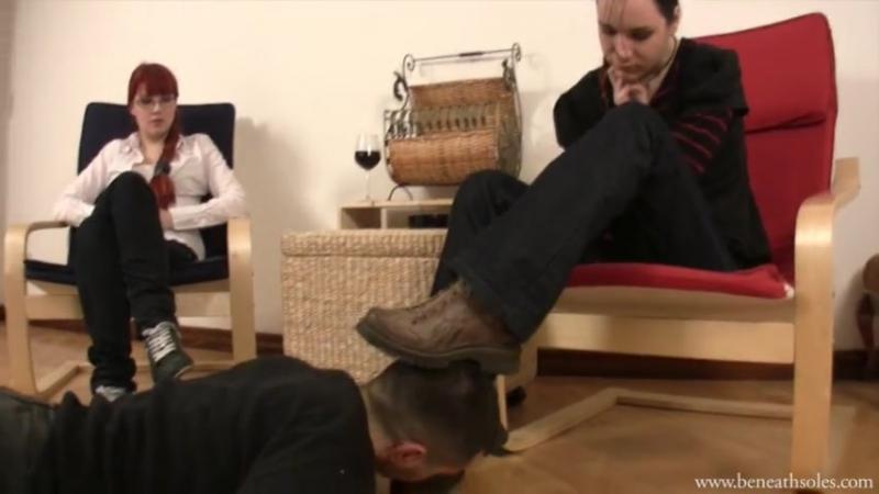 грязные ноги госпожи целовать и лизать видео меня наверное