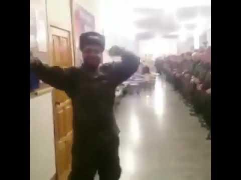 Наглый парень устроил танцы солдатов срочников в воинской части