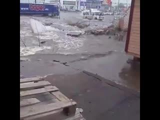 В Воронеже из-за коммунальной аварии кирпичный забор ушел под землю