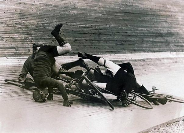 Падение спортсменов во время гонки на велотреке (Нью-Йорк, 1913 год)