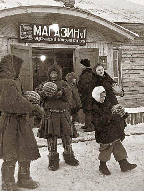 Торговля арбузами в поселке Амдерма на берегу Карского моря, 1952