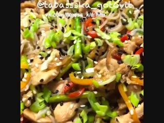 Рисовая лапша с курицей и овощами.