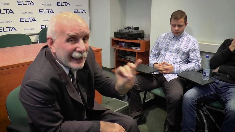 Mindaugas Puidokas ir jo studentai su signataru Rolandu Paulausku 2015 03 20