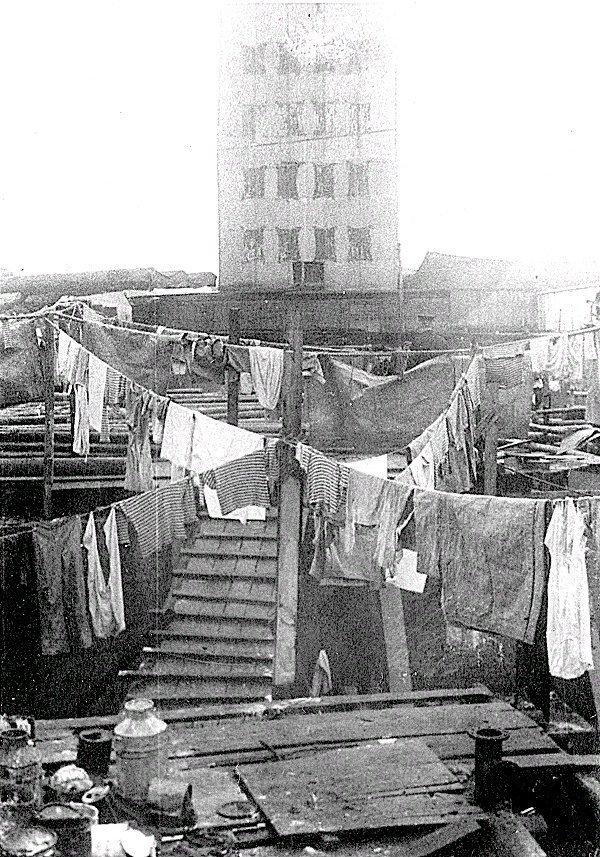 """Маскировка линкора """"Октябрьская Революция"""" в блокадном Ленинграде, 1942 год."""