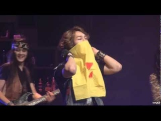 [fancam] 101028 SHINee onew puts scarf on his face @ Rock of ages