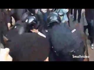 Полицейский с удовольствием избивает задержанного