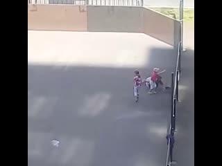 В Великом Новгороде три девочки играли в футбол котёнком на местном стадионе