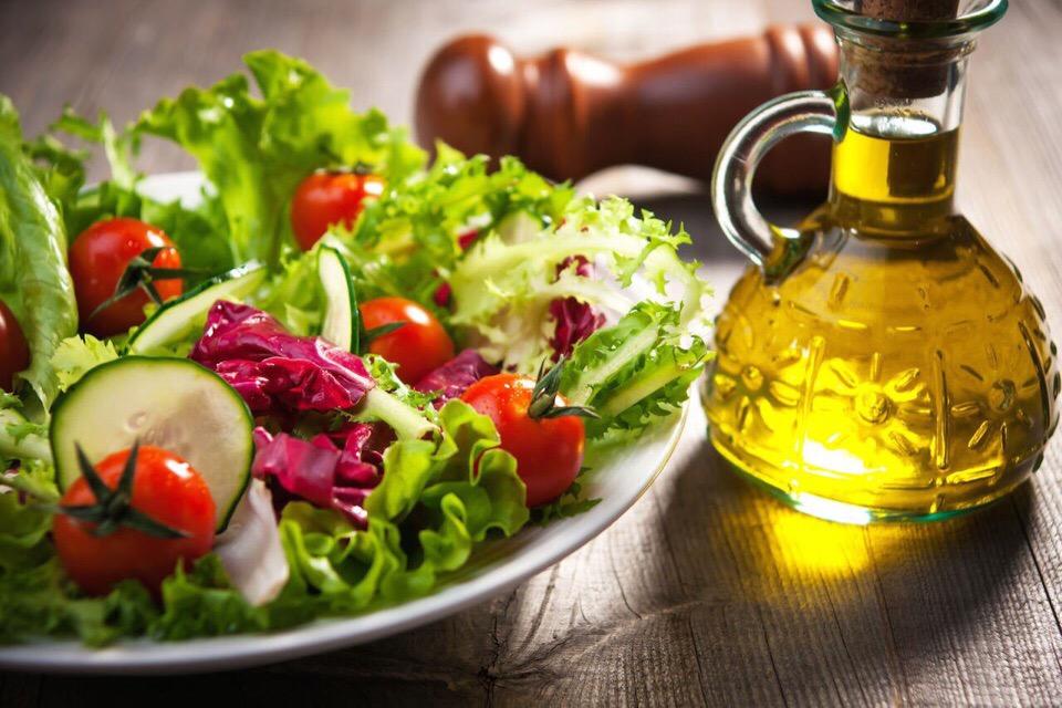Растительное масло в овощном салате при диете