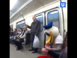 Блогер из Екатеринбурга в костюме утки помылся в метро