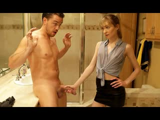 Худенькая красотка прямо в ванной надрочила член парня и развела его на секс