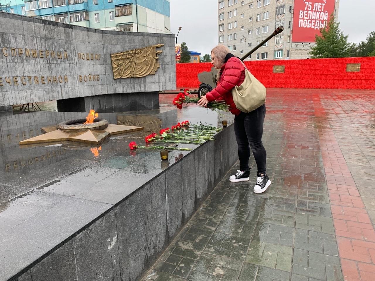 Ямальские коммунисты возложили цветы к Вечному Огню в Ноябрьске