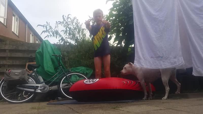 Springen in zwembad deel 1 mijn kamera (ik zit in mijn onderbroek)