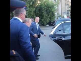 Путин остановил кортеж и вышел к людям