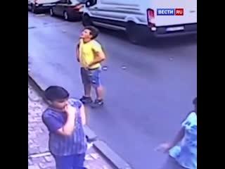 В Турции подросток поймал выпавшую из окна двухлетнюю девочку