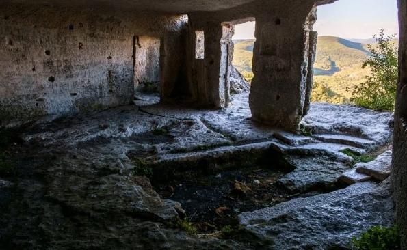 Мангуп Кале - крупнейший пещерный город Крыма, изображение №2