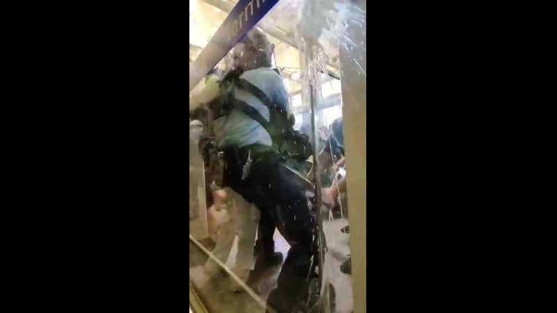 В Гонконге протестующие налетели на полицейского, который пытался задержать парня при штурме аэрапорта