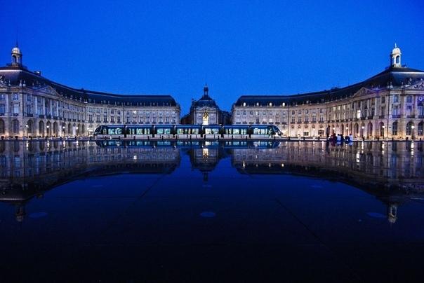 Биржевая площадь (Бордо) Символ города и его главная достопримечательность. Архитектурный ансамбль состоит из двух протяжённых зданий, построенных в стиле барокко, и прилегающих к ним построек.